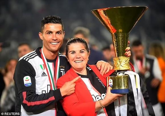 Mẹ Ronaldo rơi nước mắt khi chứng kiến CR7 ghi cú đúp ở Old Trafford ảnh 2