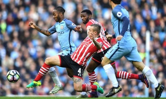 Hậu vệ Southampton cản phá Raheem Sterling