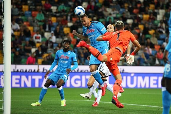 Amir Rrahmani đánh đầu ghi bàn cho Napoli
