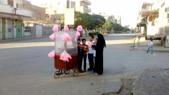 Trẻ em Syria mua kẹo bông gòn trên đường phố Raqqa. Ảnh: Anadolu Agency