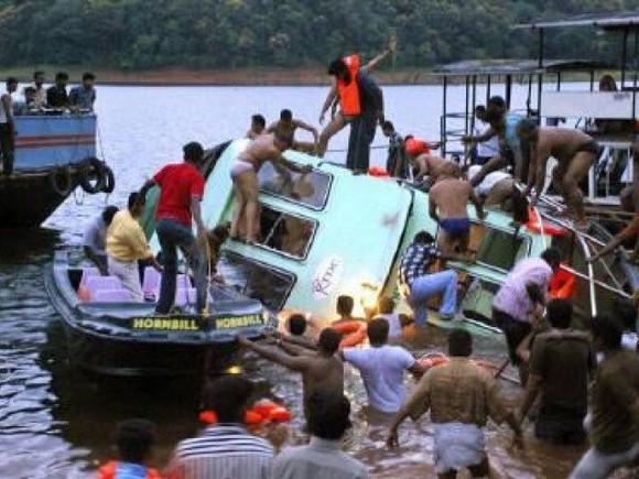 Hiện trường vụ lật tàu ở Indonesia. Ảnh: THE EXPRESS TRIBUNE