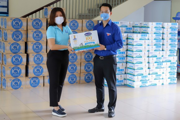 Đại diện Vinamilk trao tận tay sản phẩm đến Thành Đoàn Đà Nẵng, đơn vị được phân công tiếp nhận và phân bổ các sản phẩm về các khu cách ly tại địa phương