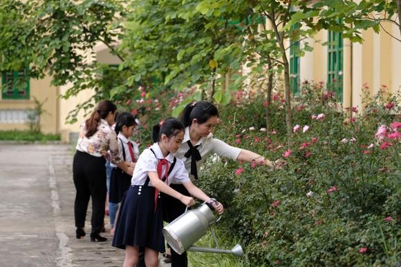 """Các em học sinh chăm sóc vườn cây được """"Quỹ 1 triệu cây xanh cho Việt Nam"""" trao tặng, học cách phân biệt các loại cây, tìm hiểu lợi ích của cây với môi trường và cuộc sống."""