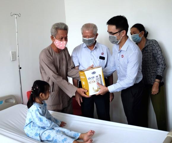 Hơn 1.200 bệnh nhân nghèo đã được Vinamilk hỗ trợ phẫu thuật tim và mắt ảnh 1