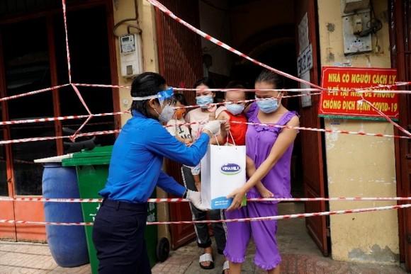 San sẻ khó khăn mùa dịch, Vinamilk tặng 45.000 phần quà cho người dân gặp khó khăn tại TPHCM, Bình Dương, Đồng Nai ảnh 1