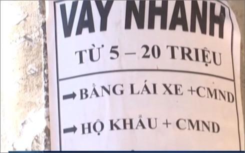 Những tờ rơi quảng cáo cho vay tiền với những lời mời hấp dẫn được dán trên các cột điện ở Ninh Thuận (ảnh: theo clip của Infonet)