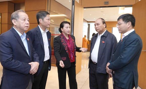 Thủ tướng Nguyễn Xuân Phúc và Chủ tịch Quốc hội Nguyễn Thị Kim Ngân cùng các đại biểu Quốc hội bên lề phiên họp.