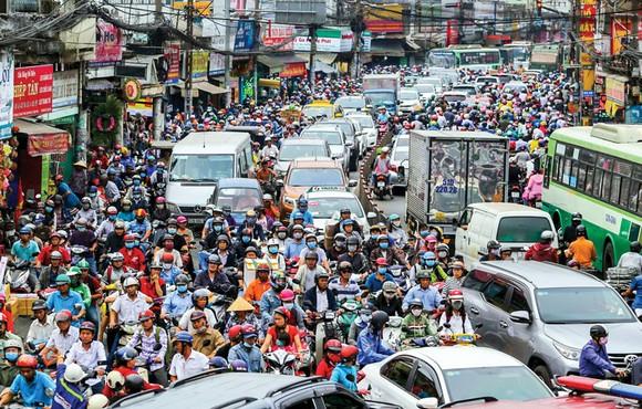 Kẹt xe là nỗi ám ảnh của người dân và chính quyền TPHCM, để giải tỏa cần phải phát triển cơ sở hạ tầng nhưng lấy vốn từ đâu? Ảnh: LONG THANH
