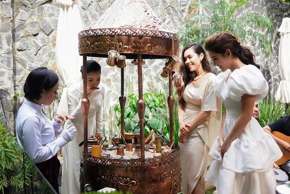 Hoa hậu Giáng My, cùng Á Hậu Huyền My và Á Hậu Hoàng My trải nghiệm văn minh cà phê Ottoman tại Trung Nguyên E-Coffee