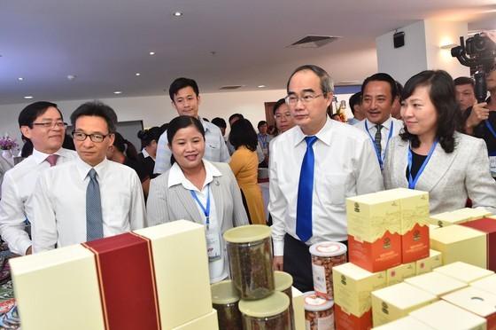 Bí thư Thành ủy TPHCM Nguyễn Thiện Nhân, Phó Thủ tướng Vũ Đức Đam tham quan triển lãm. Ảnh: VIỆT DŨNG