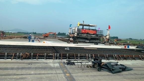 Các đơn vị đang triển khai thi công các hạng mục của dự án cải tạo, nâng cấp đường cất hạ cánh, đường lăn sân bay Nội Bài. (Ảnh: Việt Hùng/Vietnam+)