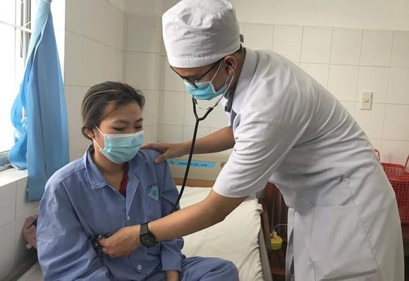 Bác sĩ chăm sóc cho bệnh nhân L. sau khi cấp cứu thành công