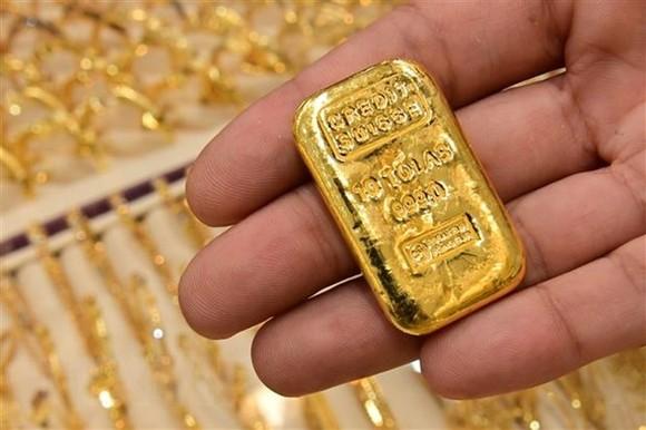 Vàng miếng được bán tại cửa hàng ở Dubai, Các tiểu vương quốc Arab thống nhất (UAE), ngày 29/7/2020. (Nguồn: AFP/TTXVN)
