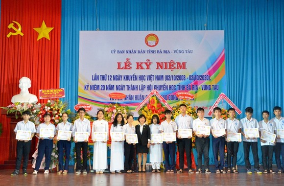 Đại diện Tập đoàn Novaland trao học bổng cho các em học sinh, sinh viên tỉnh Bà Rịa-Vũng Tàu.