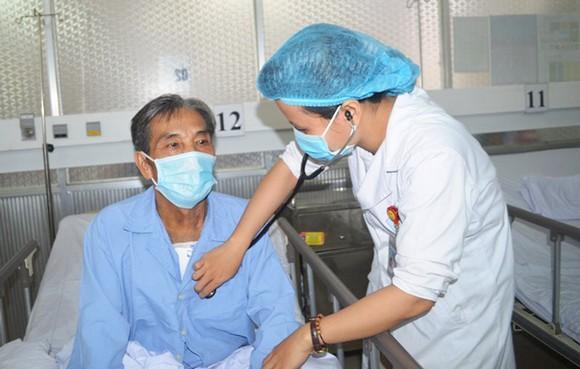 Bác sĩ chăm sóc cho bệnh nhân sau khi phẫu thuật thành công