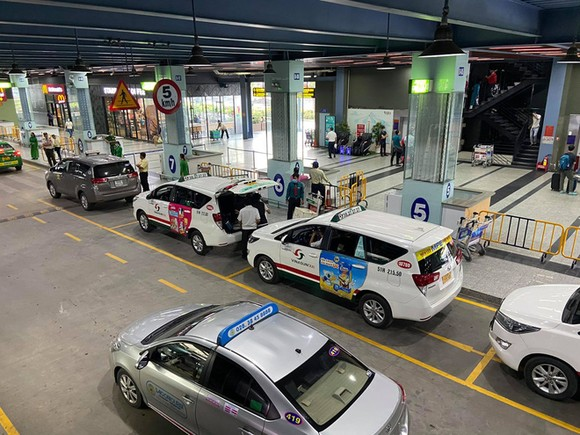 Sân bay Tân Sơn Nhất: Phải sắp xếp khu vực taxi và xe công nghệ hợp lý