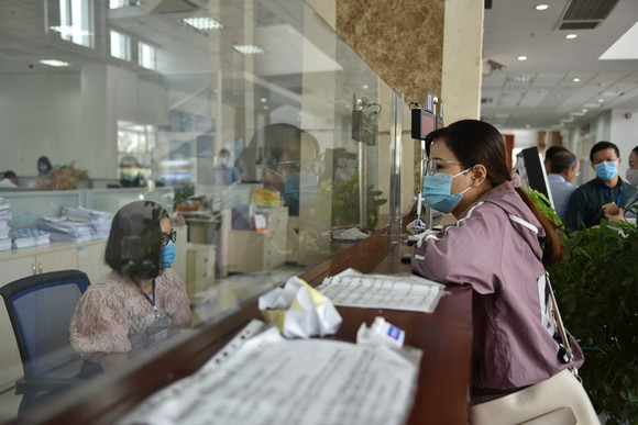 Hàng ngàn doanh nghiệp có thể bị phạt chậm nộp thuế nếu hiệu quả kinh doanh quý 4 tăng vượt trội so với các quý đầu năm. Trong ảnh: làm thủ tục thuế tại Cục Thuế TP.HCM - Ảnh: NGỌC PHƯỢNG