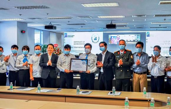 Cảng hàng không quốc tế Nội Bài được trao Chứng chỉ trong việc đảm bảo quy trình an toàn chống dịch trong hoạt động khai thác tại sân bay. (Ảnh: Phan Công/Vietnam+)