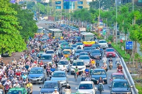 Xe buýt bị các phương tiện cá nhân bủa vây khiến không thể đi nhanh và đảm bảo đúng giờ. (Ảnh: PV/Vietnam+)