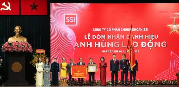 Phó Chủ tịch nước Đặng Thị Ngọc Thịnh trao Huân chương Lao động Thời kỳ đổi mới cho đại diện SSI.
