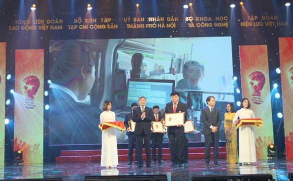 Đại diện Agribank lên nhận Giấy chứng nhận và Cup sáng Kiến vì Cộng đồng 2020.