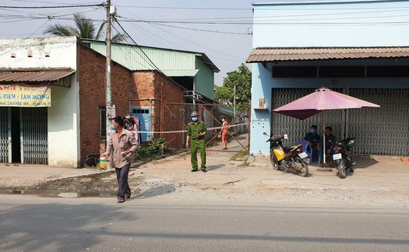 Lực lượng chức năng phong tỏa nơi làm việc của K. trên đường Nguyễn Xiển, phường Long Bình, quận 9, TP.HCM - Ảnh: MINH HÒA