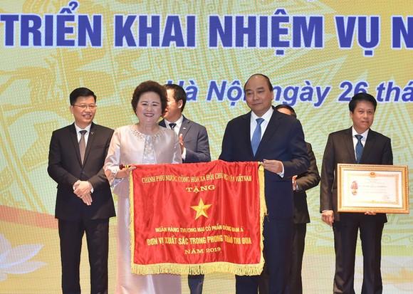 Đại diện SeABank nhận cờ thi đua của Chính phủ