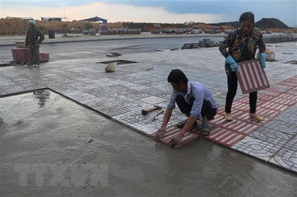 Các hạng mục trong Khu tái định cư Lộc An-Bình Sơn đang được khẩn trương thi công. (Ảnh: Công Phong/TTXVN)