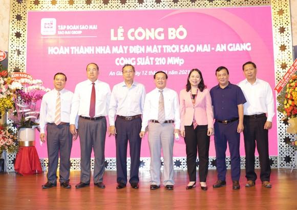 Lãnh đạo tỉnh An Giang cùng lãnh đạo Tập đoàn Sao Mai chính thức công bố hoàn thành Nhà máy điện mặt trời Sao Mai - An Giang hơn 6.000 tỷ đồng.