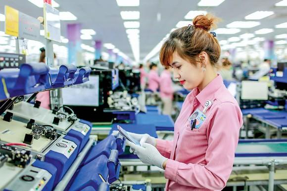 Công nhân làm việc tại Nhà máy Samsung Thái Nguyên. Ảnh: VIẾT CHUNG