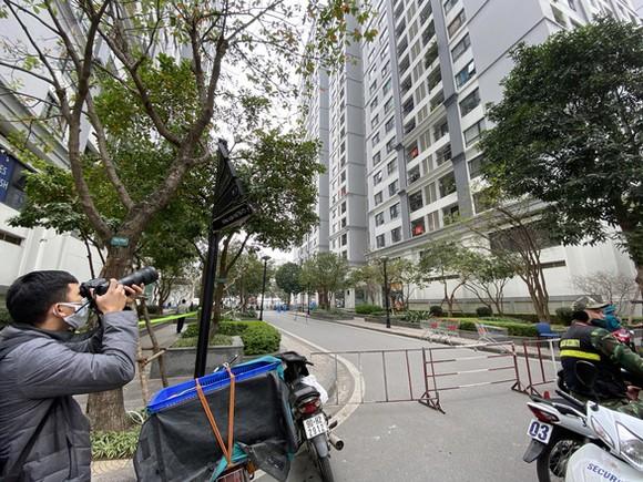 Tòa nhà ở quận Hoàng Mai, nơi một trong 3 bệnh nhân của Hà Nội cho đến nay sinh sống, đang tạm được phong tỏa - Ảnh: QUANG THẾ