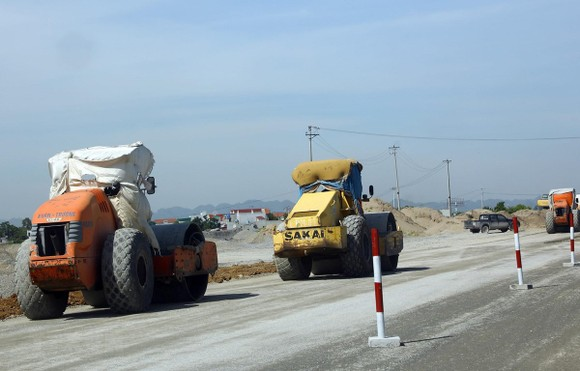 Thi công nền đường trên tuyến cao tốc Cao Bồ-Mai Sơn địa phận Ninh Bình. (Ảnh: Huy Hùng/TTXVN)
