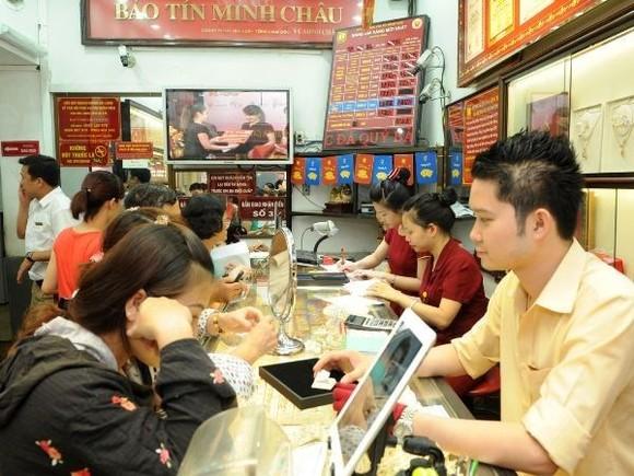 Giao dịch vàng tại Bảo Tín Minh Châu. (Ảnh: PV/Vietnam+)