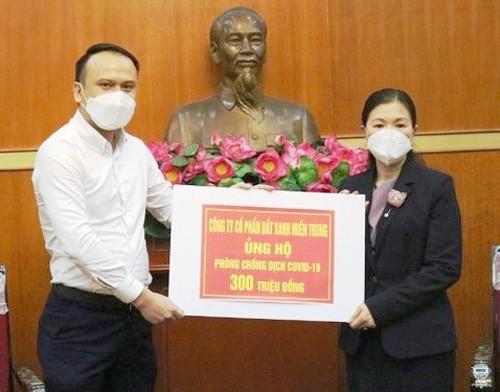 Đại diện Đất Xanh miền Trung trao 300 triệu đồng ủng hộ Quỹ phòng chống dịch Covid-19.