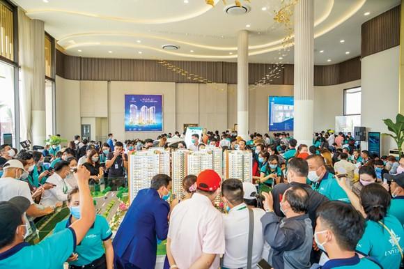khách hàng tham gia sự kiện khai trương căn hộ mẫu Bien Hoa Universe Complex.