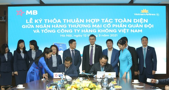 Ông Lê Hồng Hà, Tổng Giám đốc Vietnam Airlines (phải) và Ông Lưu Trung Thái, Phó Chủ tịch HĐQT, Tổng Giám đốc Ngân hàng TMCP Quân Đội (trái) kí kết thỏa thuận hợp tác toàn diện trước sự chứng kiến của Lãnh đạo hai bên.