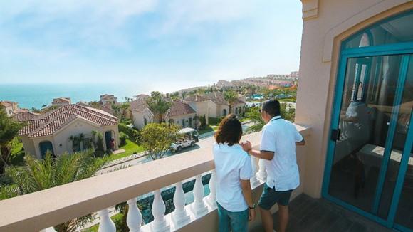 Khách hàng tận mắt chiêm ngưỡng biệt thự biển NovaHills Mui Ne Resort & Villas.  (Ảnh chụp thực tế Dự án tháng 03/2021)