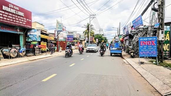 Đường Phan Văn Hớn đoạn qua huyện Hóc Môn vừa được nâng cấp nhưng vẫn chưa giải quyết được tình trạng quá tải về giao thông