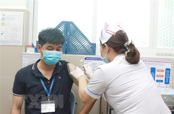 Nhân viên y tế Bệnh viện Quận 11 được tiêm vaccine phòng COVID-19. (Ảnh: Đinh Hằng/TTXVN)