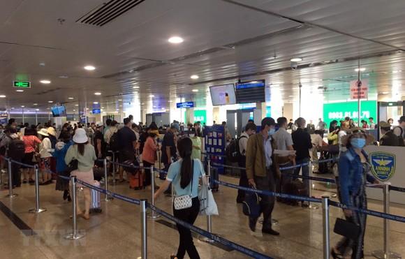 Khu vực soi chiếu an ninh sảnh A đã thông thoáng, không còn cảnh hành khách xếp hàng dài chờ đợi. (Ảnh: Tiến Lực/TTXVN)