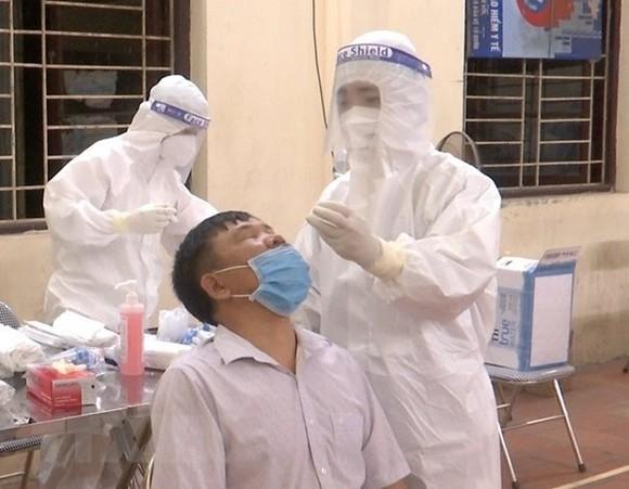 Lấy mẫu xét nghiệm SARS-CoV-2 cho người dân xã Mão Điền, huyện Thuận Thành. (Ảnh: Thanh Thương/TTXVN)