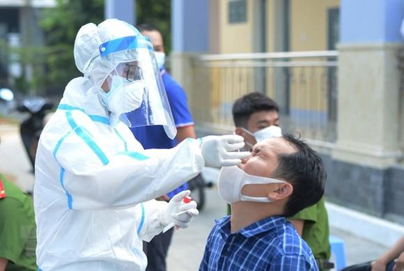 Nhân viên y tế lấy mẫu xét nghiệm. (Ảnh: Văn Dũng/TTXVN)