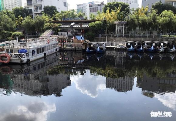 Nước kênh đen ảnh hưởng tới hoạt động du lịch - Ảnh: LÊ PHAN