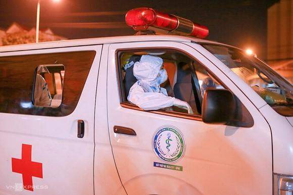 Nhân viên y tế kết thúc buổi lấy mẫu lúc 23h30 đêm 11/5. Ảnh: Nguyễn Đông.