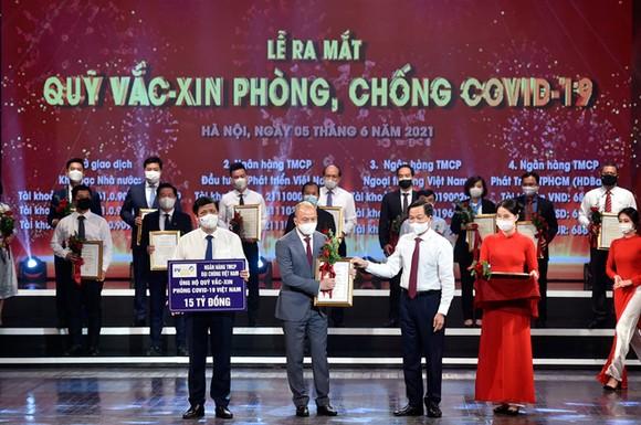 Ông Nguyễn Tuấn Anh, Phó Tổng Giám đốc PVcomBank trao tặng 15 tỷ đồng cho Quỹ vaccine phòng Covid-19.
