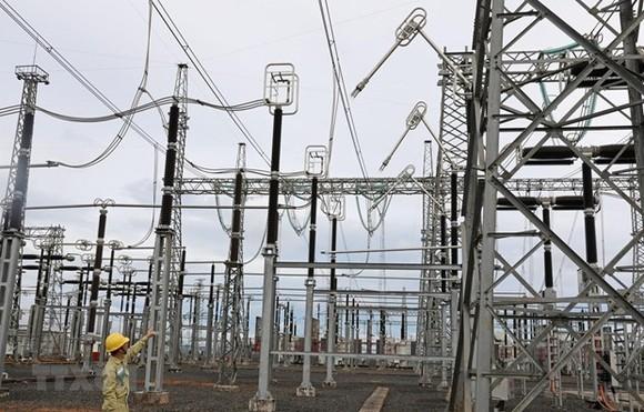 Vận hành lưới điện truyền tải tại trạm biến áp 500kV Đak Nông. (Ảnh: Ngọc Hà/TTXVN)