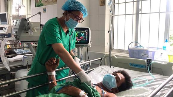 Bác sĩ chăm sóc cho nạn nhân