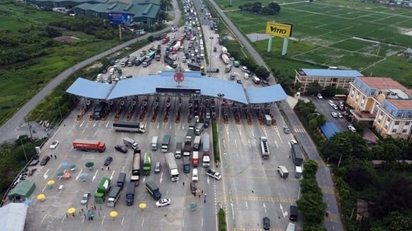 Chỉ các xe công vụ, xe luồng xanh, xe thư báo và xe phục vụ chống dịch được đi qua trạm thu phí Pháp Vân-Cầu Giẽ. (Ảnh: Huy Hùng/TTXVN)