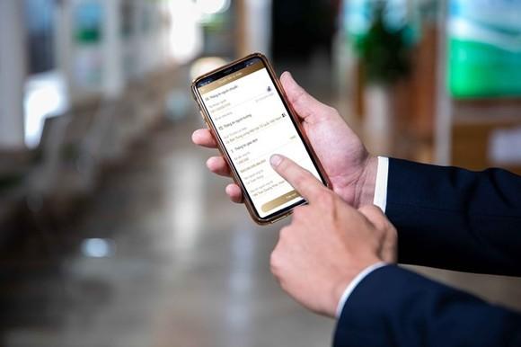 Các tổ chức tín dụng bức xúc vì giá cước tin nhắn cao hơn nhiều mà không có lý do chính đáng. (Ảnh: Vietnam+)