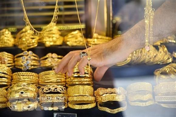 Các sản phẩm thủ công chế tác từ vàng. (Ảnh: THX/TTXVN)